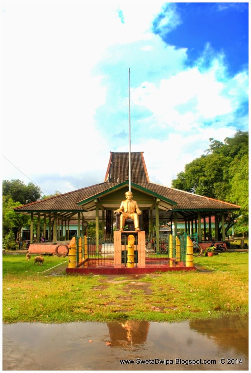 Dua Patung Yang Terdapat Di Surabaya Yaitu Didepan Rumah Sakit Dr Soetomo Berupa Perunggu Separo Badan Dan Satunya Gedung Nasional