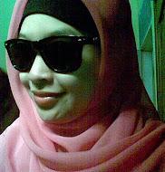 Wanita Berjilbab Pink