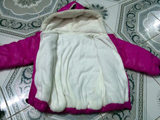 Bên trong áo lót nỉ ấm màu trắng giữ nhiệt tốt