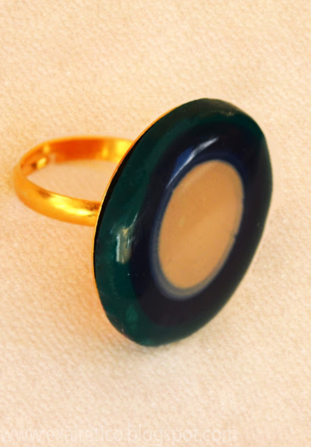 Δαχτυλίδι με υγρό γυαλί, πολυμερικό πηλό (fimo) σε πράσινη απόχρωση και μεταλλική βάση σε χρυσό χρώμα!