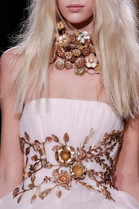 magnifique robe haute couture de style empire robe de mariée avec une ceinture dorée sculpté dans le style baroque romantique précieux