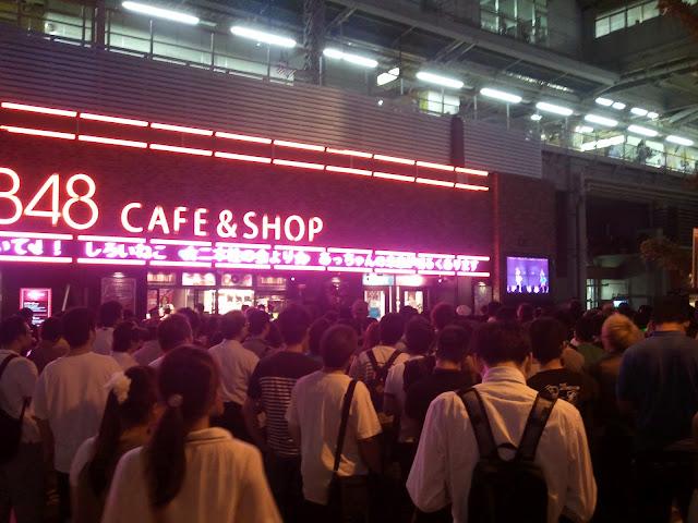 8月27日AKB48前田敦子あっちゃんの卒業式にAKB48カフェの前に集まった大勢のファン