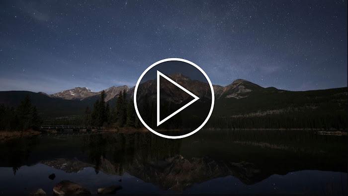 Bầu trời đêm đầy sao trên bầu trời hồ Pyramid thuộc Công viên Quốc gia Jasper ở Alberta, Canada. Bản quyền hình ảnh : Jack Fusco.
