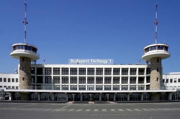 Η διάρκεια των απευθείας πτήσεων από το αεροδρόμιο της Αθήνας προς το αεροδρόμιο της Βουδαπέστης είναι 2 ώρες περίπου.