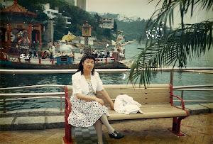 """1996年4月在香港""""维园""""。这里是每年上万人聚集,手摇小灯,彻夜地纪念""""89六四""""之圣地。"""