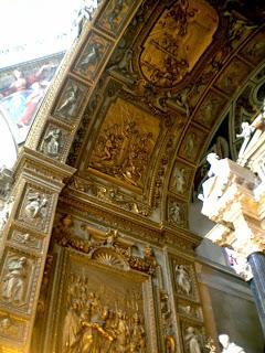 I bassorilievi sotto l'altare