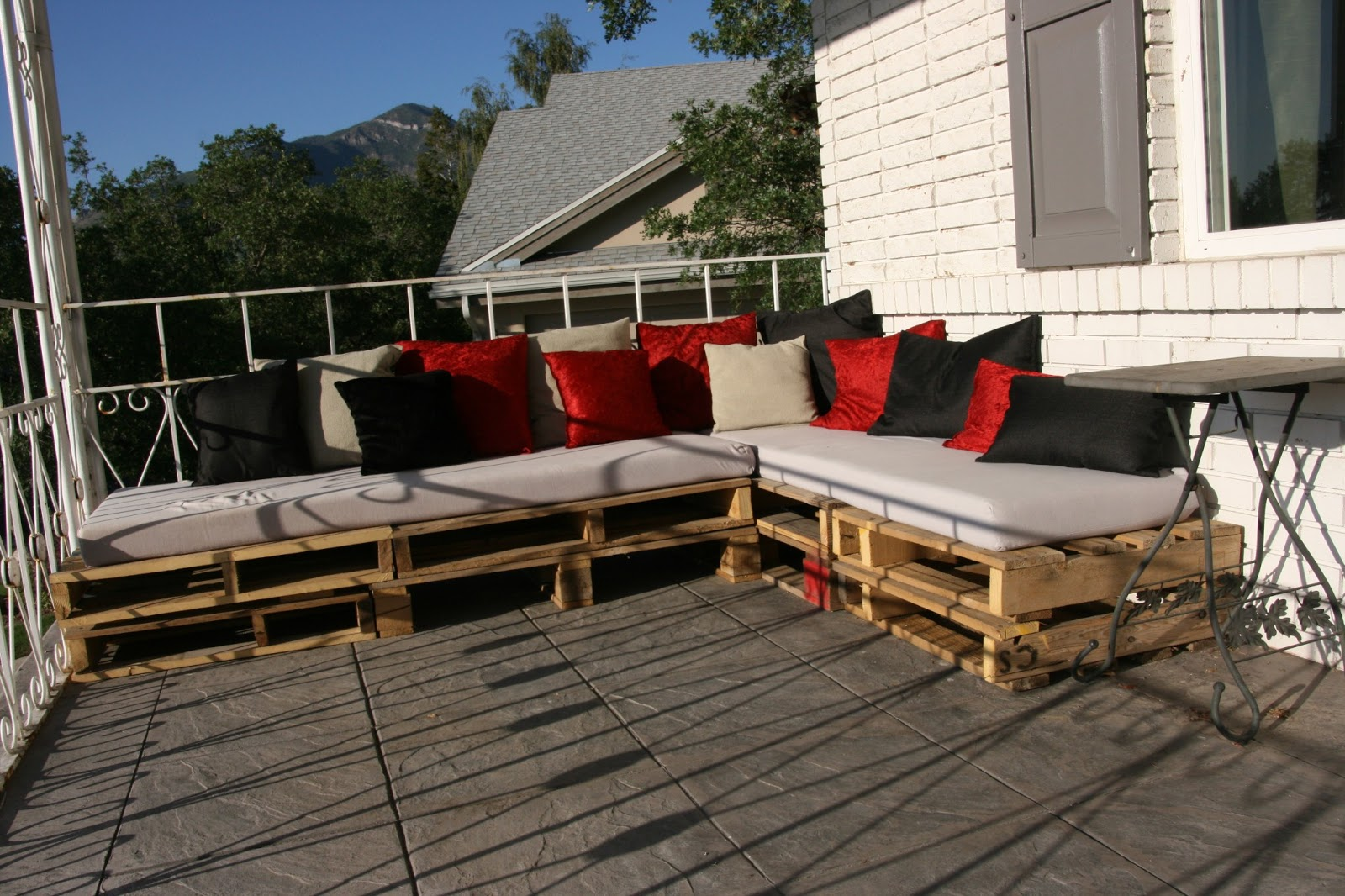 Pallet patio sectional - Diy Recycled Wood Pallet Sectional