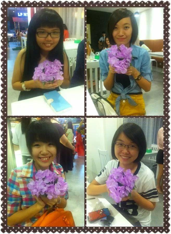 Girlsss wif Flower :D