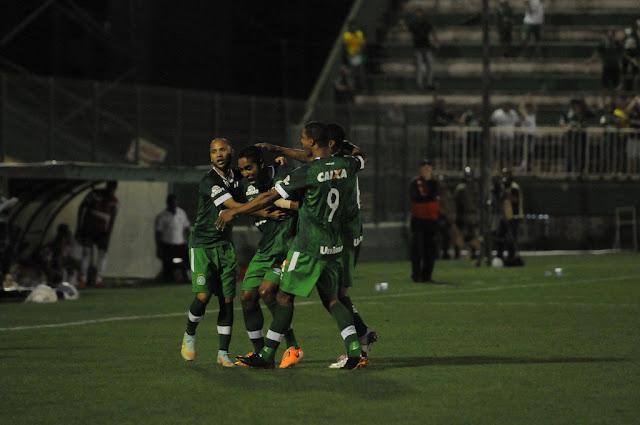 Com bastante reclamação por parte do Atlético-MG, Chapecoense conquistou os três pontos (foto: Divulgação/Chapecoense)