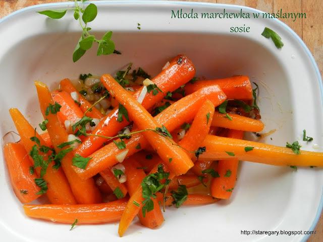 Młoda marchewka w maślanym sosie
