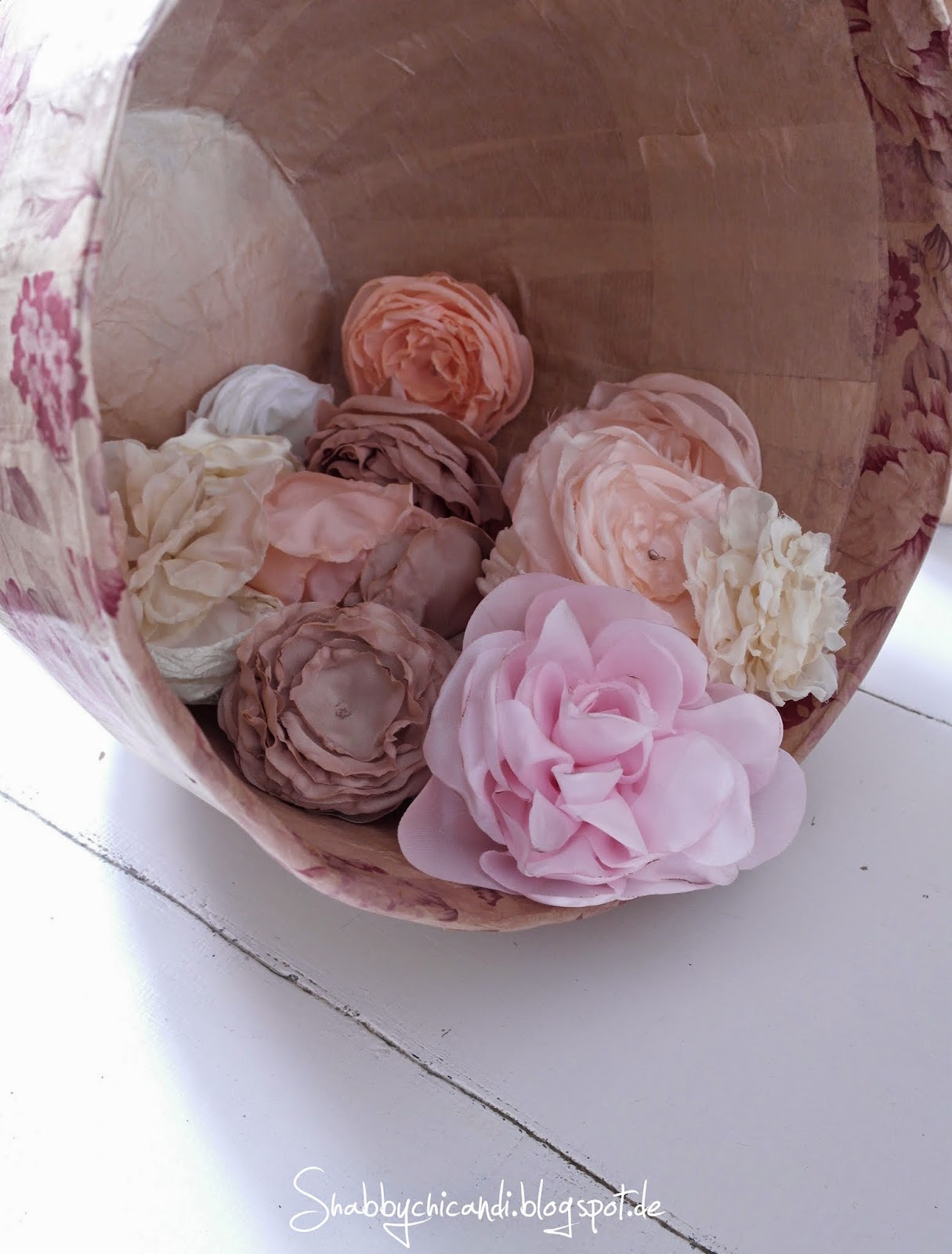 handgemachte Seidenblüten und shabby chic Pappmache Töpfe