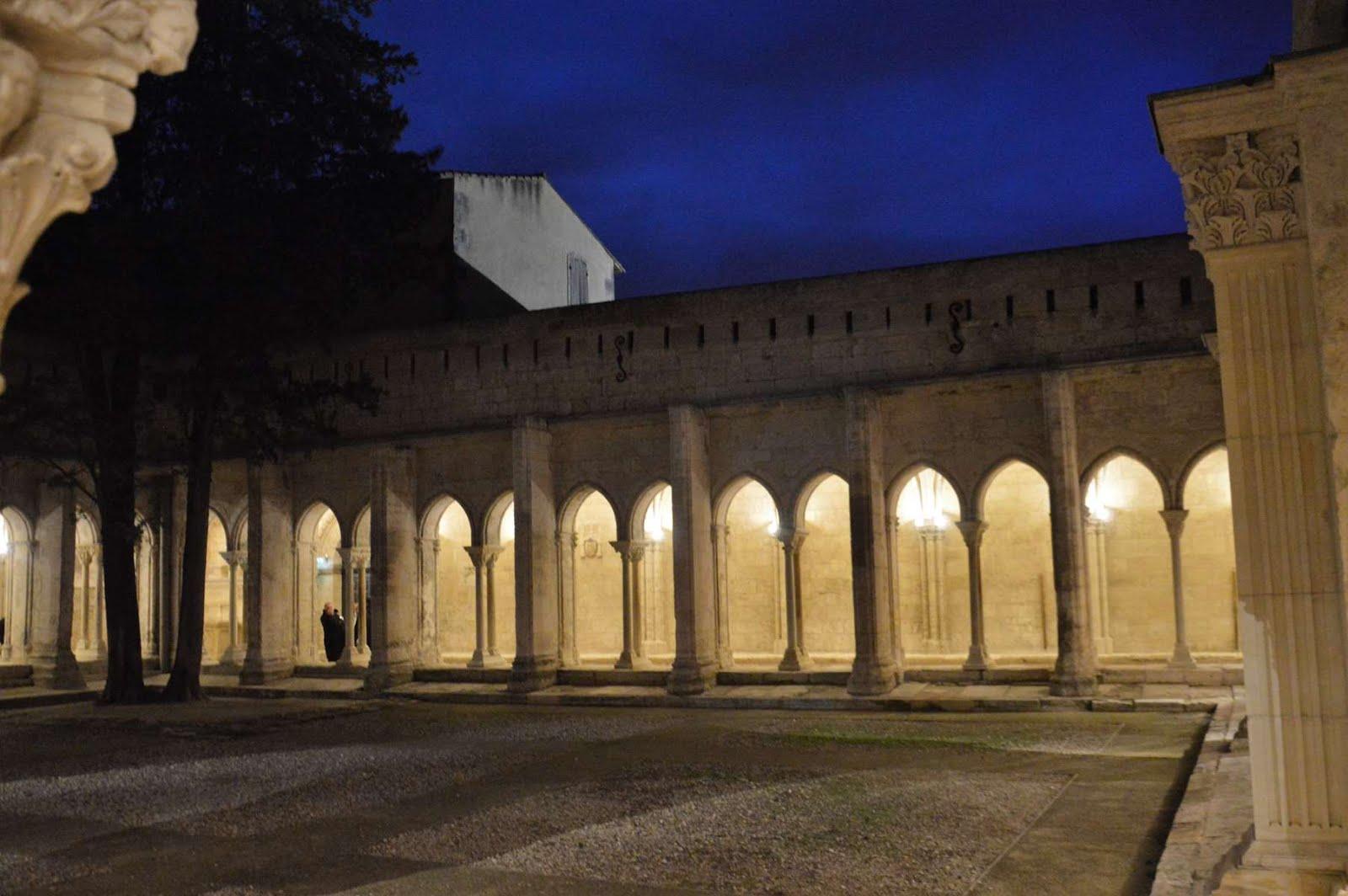 Cloître Saint trophime de nuit