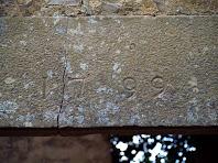 Detall de la datació d'una llinda de Pujalt