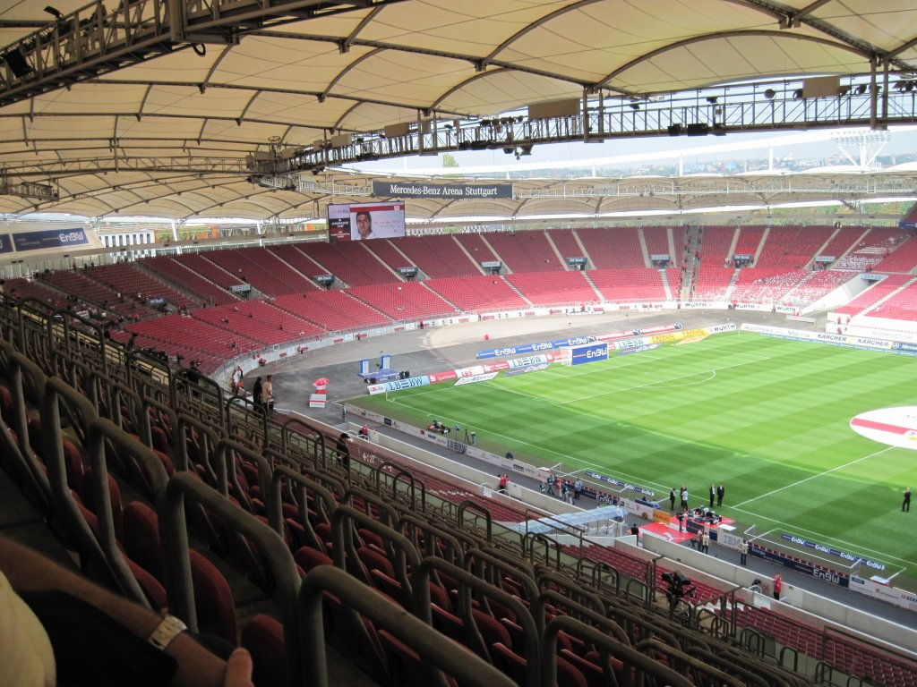 Live football stadion vfb stuttgart mercedes benz arena for Who owns mercedes benz stadium