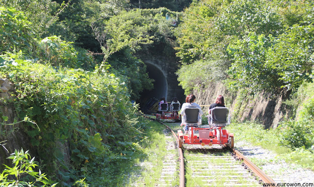 Bicirrailes entrando a un túnel
