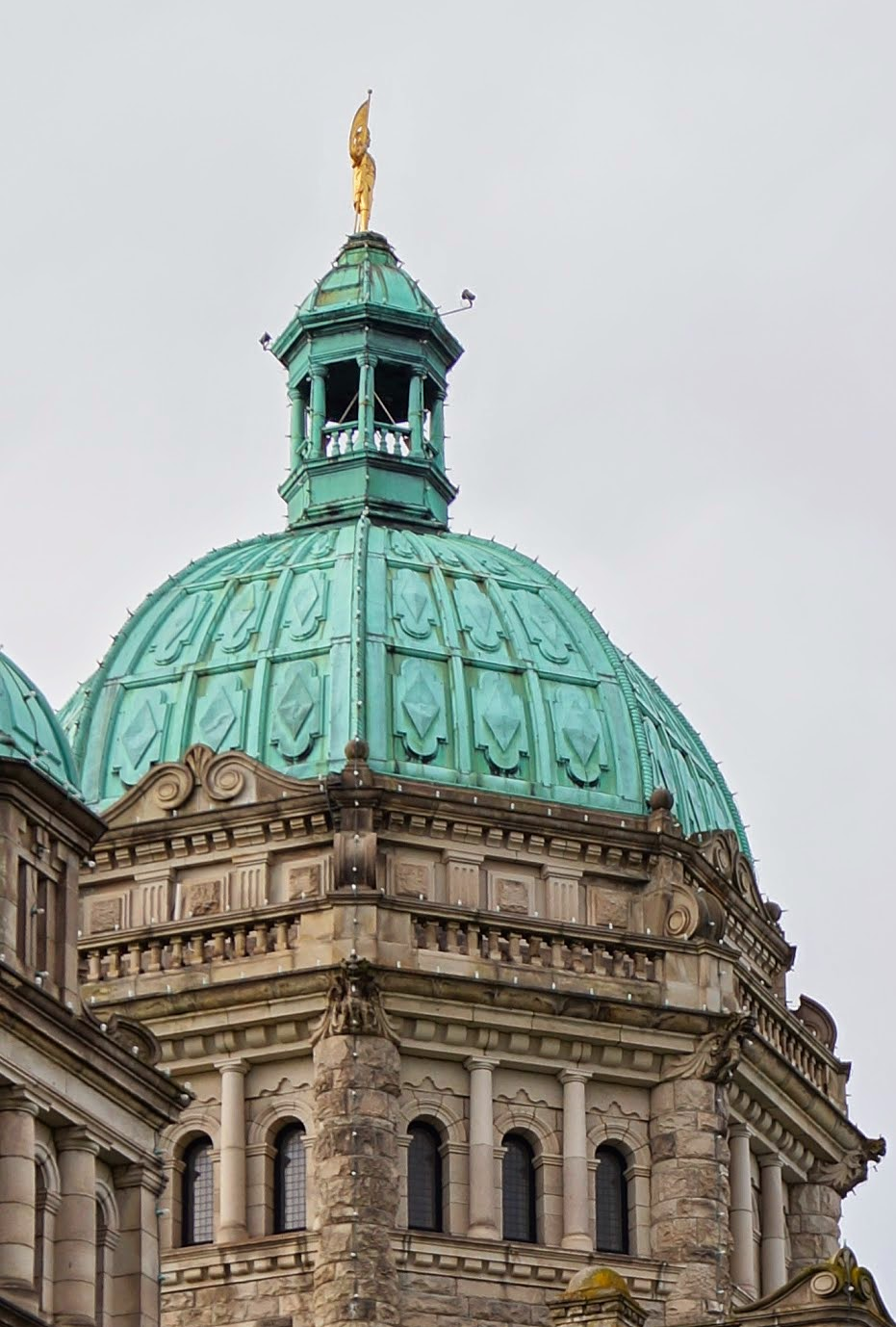 Главный купол здания парламента с позолоченой статуей капитана Ванкувера.