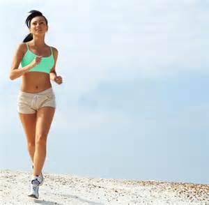 """<img src=""""ejercicio.jpg"""" alt=""""mujer haciendo ejercicio trotando en la playa"""">"""