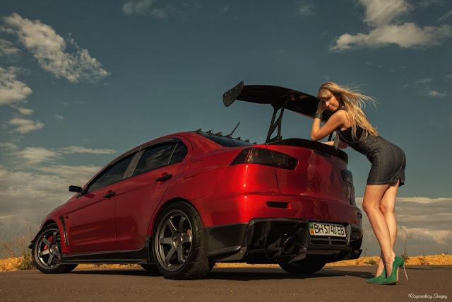 Mitsubishi Lancer Evolution X, fotki dziewczyn i samochodów