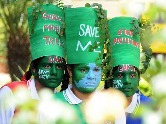 O 'Dia da Terra' já não mobiliza. Encenações teatrais preenchem o vazio. O Earth Day 2015 na Índia.