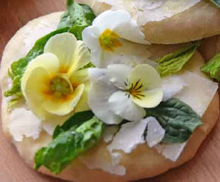 Mini pizza with spring flowers and pecorino cheese