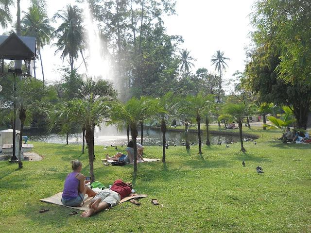 Чиангмай. Отдых на газоне парка