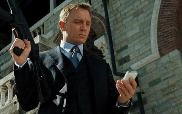 """بطل فيلم """"جيمس بوند سبكتر"""" وفريق الفيلم يرفضون إستخدام هاتف أندرويد ويكشفون عن السبب !"""