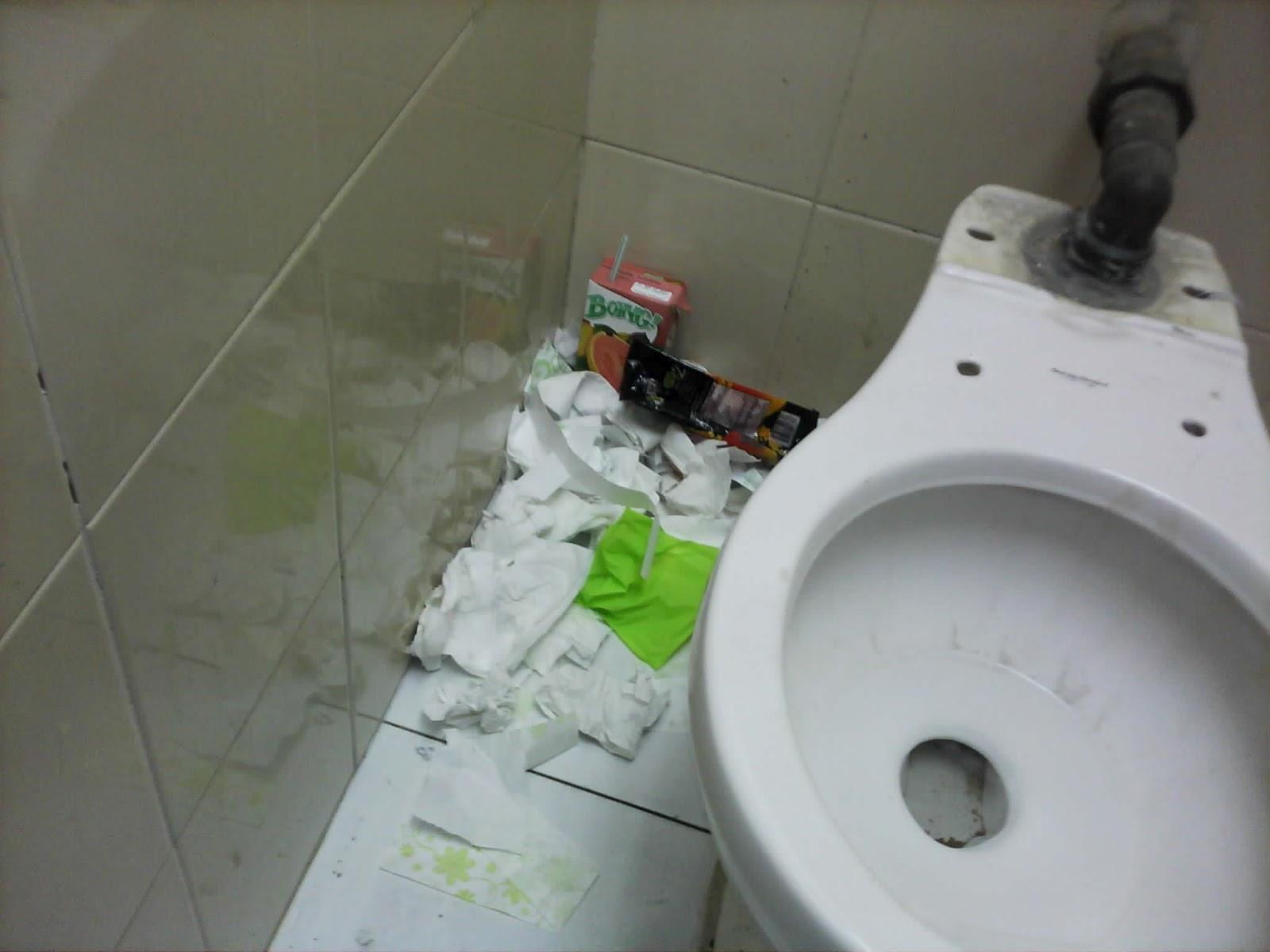 basura o en el techo, excremento fuera de los escusados,los lavabos en