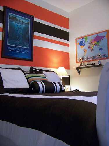 Orange striped boy room design dazzle for Painting stripes on walls in kids room