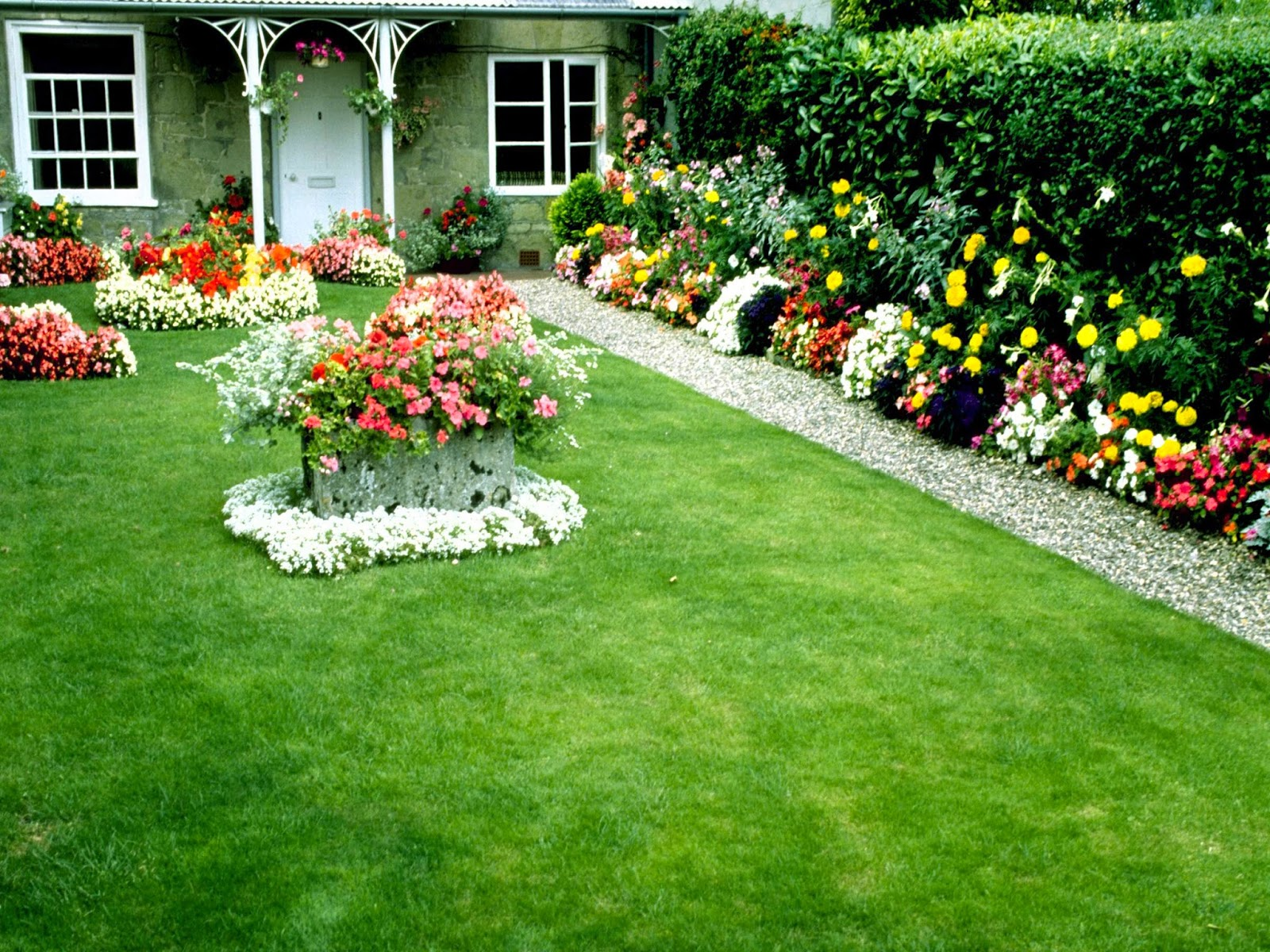 Some beautiful garden best wallpaper views for Flower garden landscape