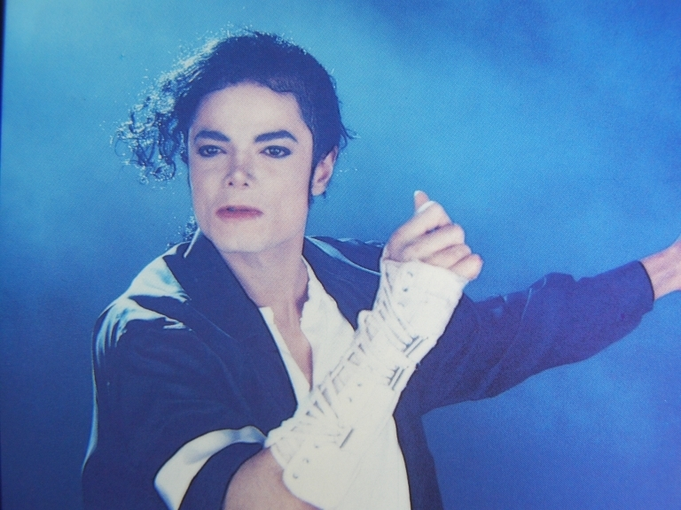 black or white michael jackson essay Michael jackson's black or white this video is an excellent representation of rhetoric in popular culture first, i will take a look at the video through the eyes of rhetoricians bell hooks and jean baudrillard.