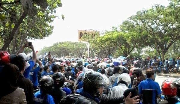 Ribuan Bobotoh Persib Serbu Mapolda Jabar