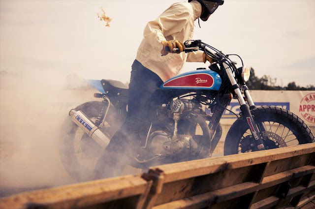 Kawasaki W650 Street Tracker | Deus Ex Machina | Street Tracker | Kawasaki Street Tracker | Kawasaki W650 Street Tracker parts | Kawasaki W650 Street Tracker seat | Kawasaki W650 Street Tracker exhaust