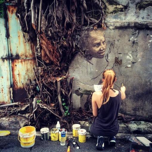 Seni yang Menyeramkan Dilukis Oleh Wanita Cantik