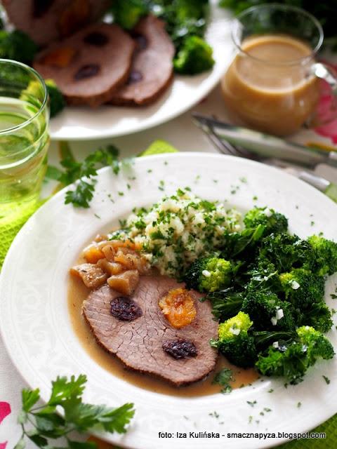 pieczeń wołowa , wołowina pieczona , mięso nadziewane owocami , sos jabłkowy , kasza jaglana , jarmuż , brokuły , sałatka z zielonych warzyw , sos owocowy , co na obiad , najlepsze przepisy , jagły z pietruszką , warzywa duszone z czosnkiem ,  wołowina nadziewana owocami w sosie jabłkowym , obiad dla seniora , sokołow , wołowina qmp