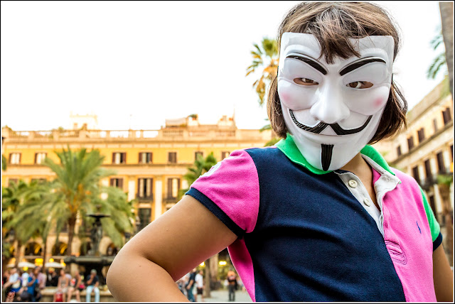 Mar con la Máscara V de Vendetta (Guy Fawkes) en la Plaça Reial de Barcelona