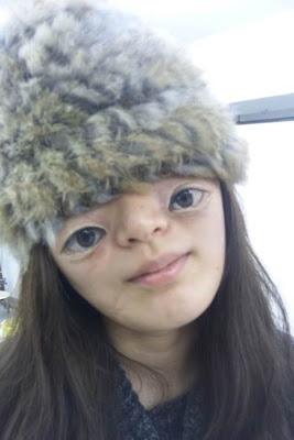 chica china con gorro y ojos pintados en la cara