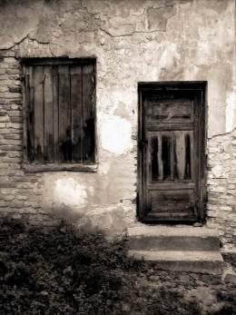 Заколоченные окно и дверь