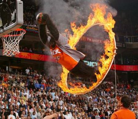 Pulando fogo para fazer cesta no basquete