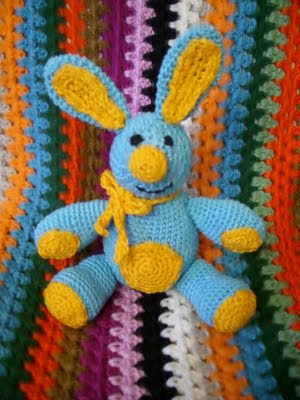 Мягкие плюшевые игрушки зайцы заменим на вязаные