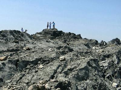 Caminan sobre la isla surgida tras el terremoto en Pakistán, 27 de Septiembre 2013