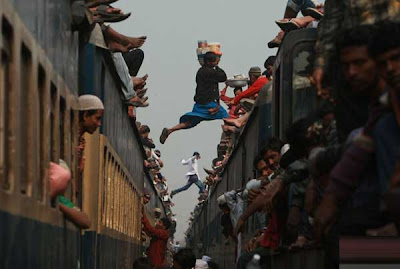 Yes, you're not viewing pictures from action movie, this pictures is real happened, and this is many extreme and dangerous way to take the train, death always lurking them.