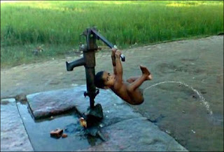 funny picture: child doing pee