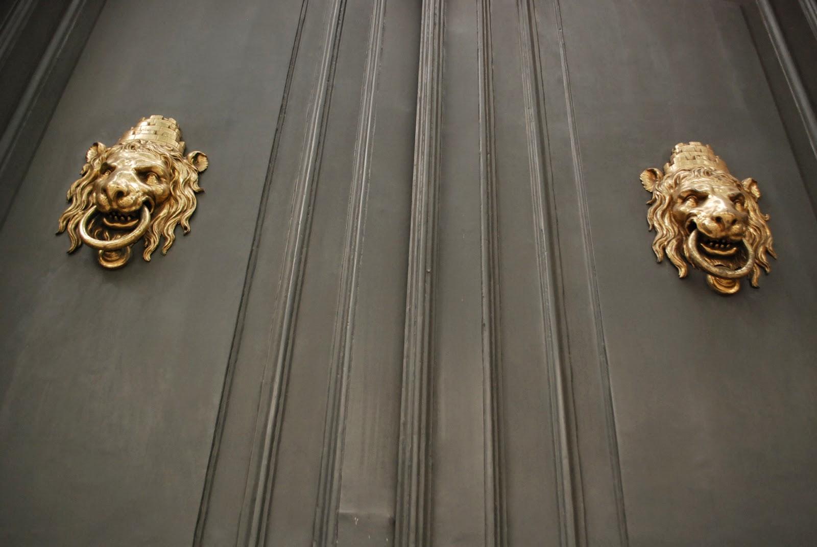 Старые дверные молотки в Барселоне, Каталония, Испания. Barcelona, Catalonia, Spain