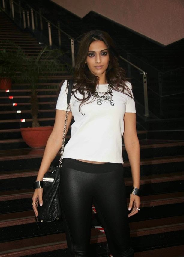sonam kapoor's hot oops moments wardrobe malfunction cameltoe visible in her long black tight legins pants