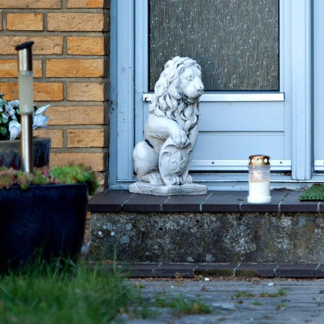 Løve og lys ved hoveddøren fra drab/selvmord på Lundsbjergvej, Ferritslev