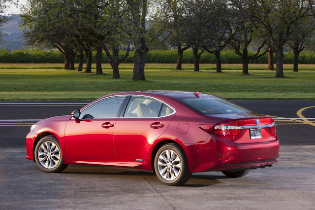Rear 3/4 view of 2013 Lexus ES 300h Hybrid
