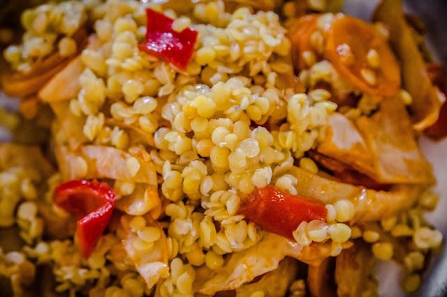 Pfannengericht roten Linsen und Weißkohl