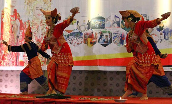 Tari Piring Tarian Daerah Minangkabau Sumatera Barat