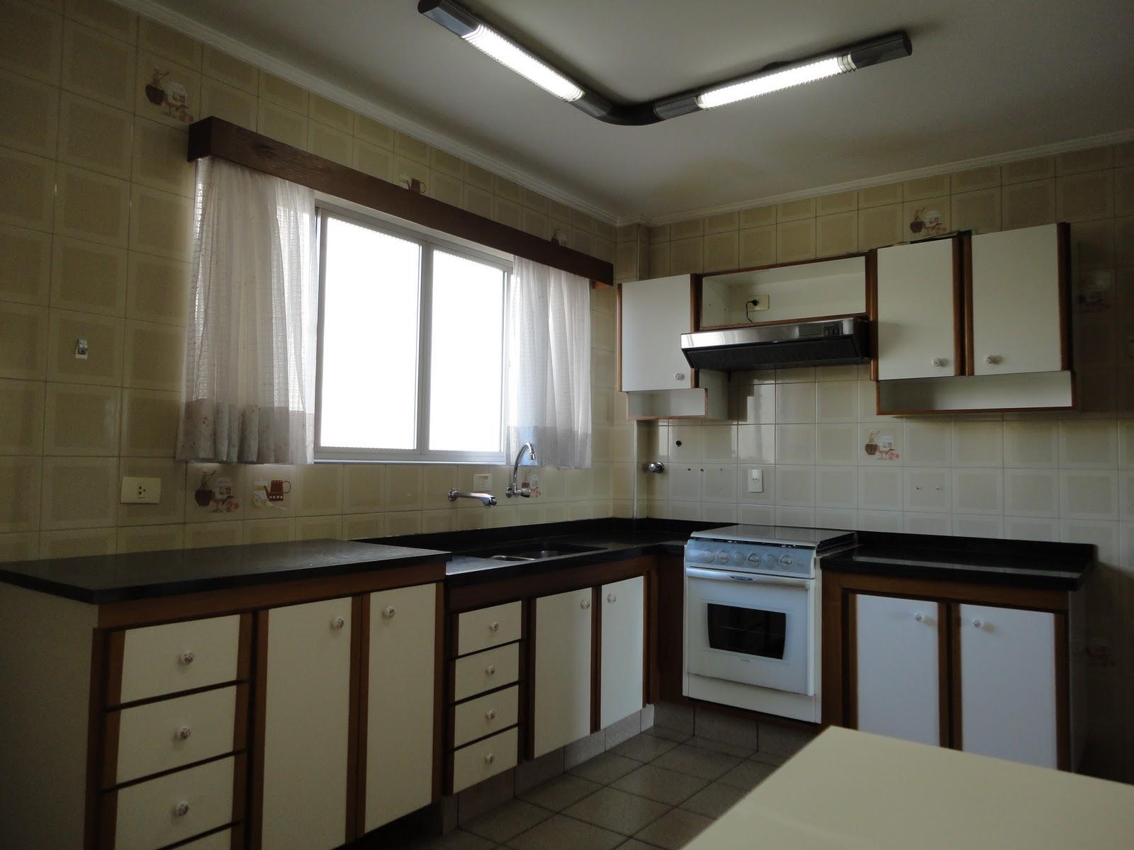 Cozinha muito espaçosa, equipada com armários novos, fogão embutido