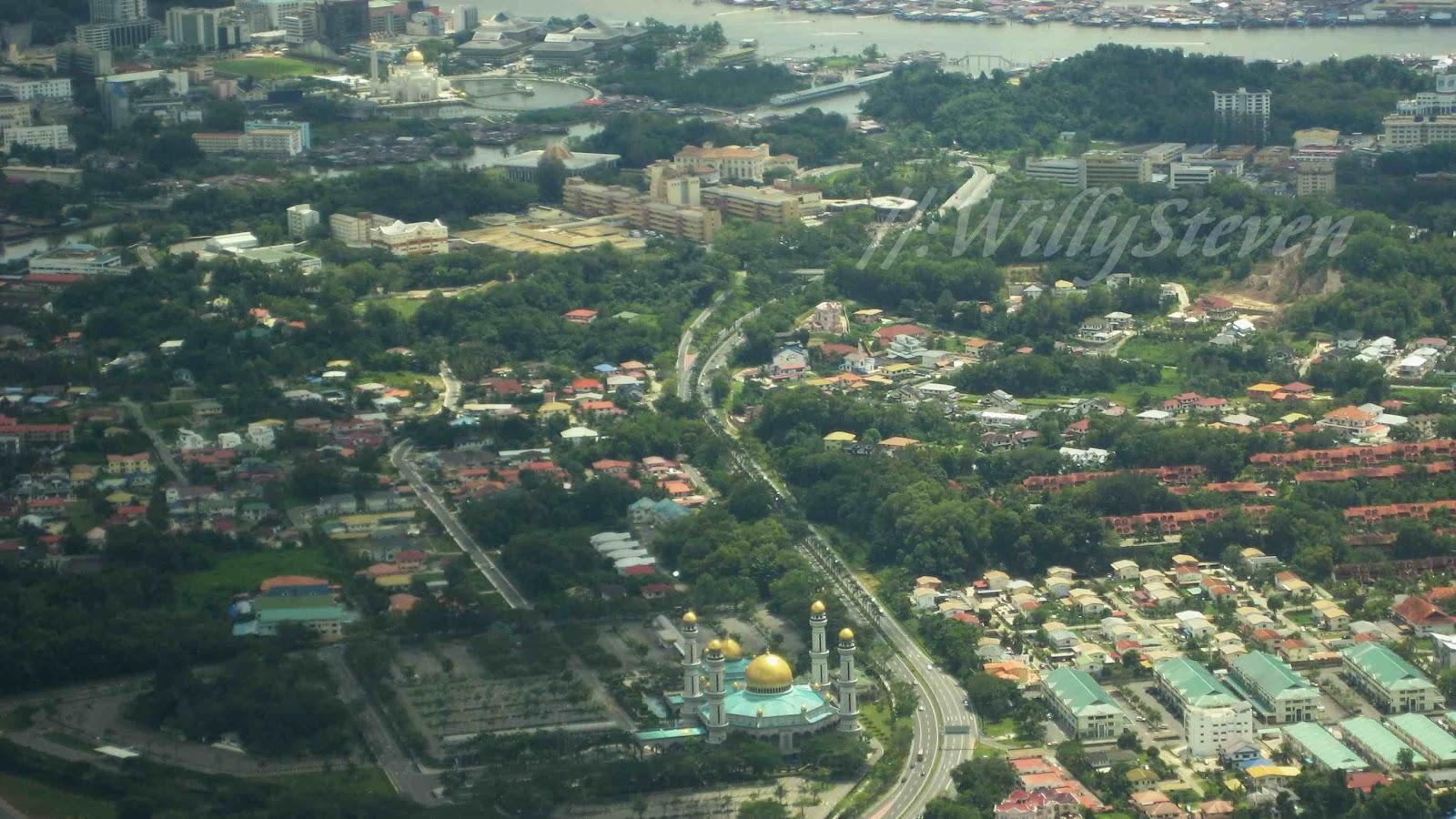 Bandar Seri Begawan Brunei  city pictures gallery : Mesjid Berkubah Emas di BSB : Mesjid Jame'asr di bagian bawah dan ...